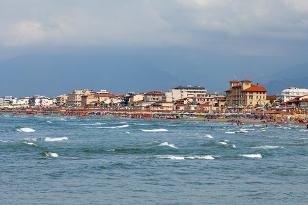 Der herrliche Küstenstreifen von Viareggio in der Versilia-Landschaft der Toskana