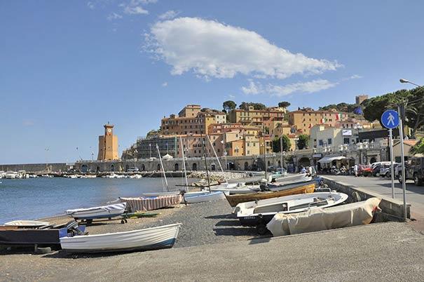 Leuchtturm und Hafen in Rio Marina auf Elba