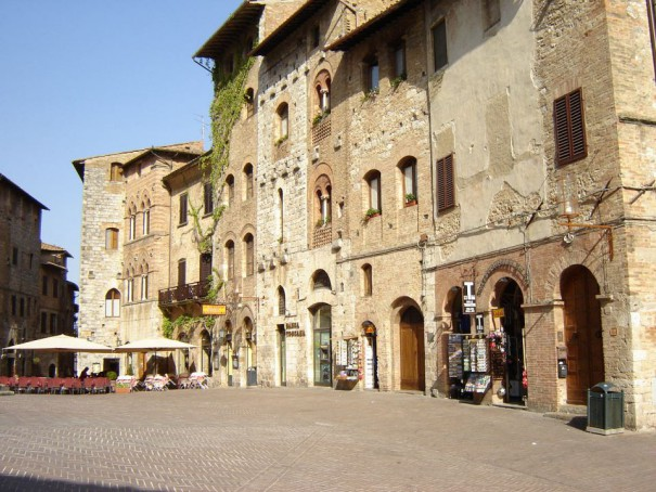 San-Gimignano-Piazza-della-Cisterna-Wik