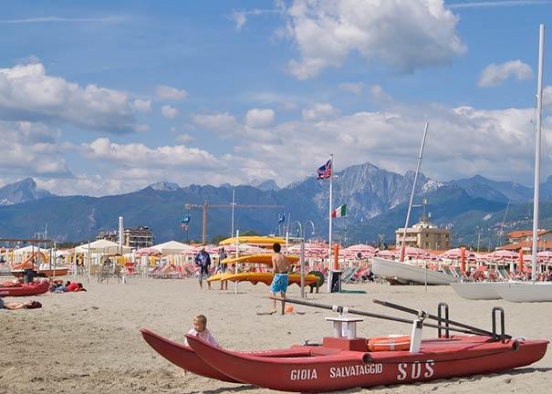 Lido di Camaiore bietet sich für Badeurlaub an