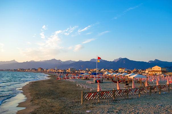 Strandschirrme am Strand von Viareggio