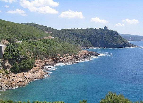 felsige Küstenlinie bei Livorno