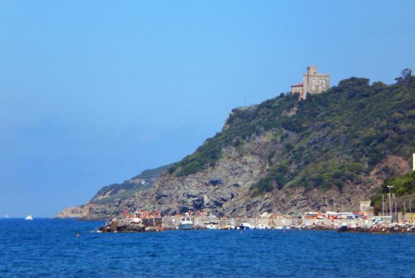 Strand von Quercianella mit Castello Sonnino