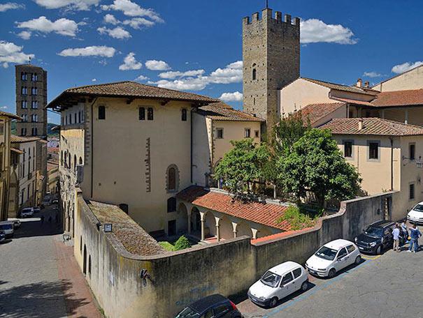 Haus Petrarca mit Palazzo Pretorio