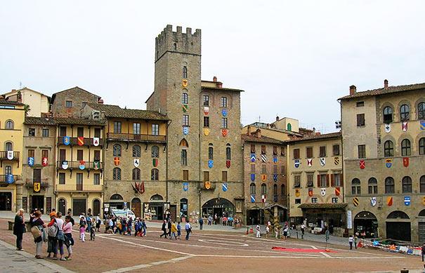 die Patrizierhäuser am Rande der Piazza Grande in Arezzo