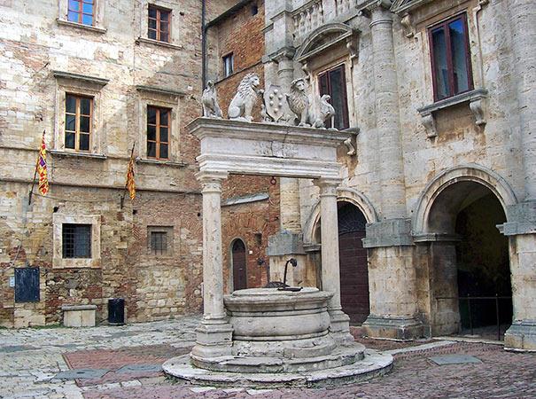 Brunnen an der Piazza Grande