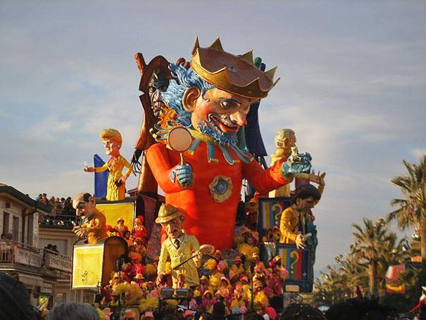 Jedes Jahr im Februar findet ein Karneval statt.