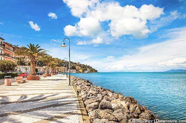 Die Strandpromenade in Porto Santo Stefano