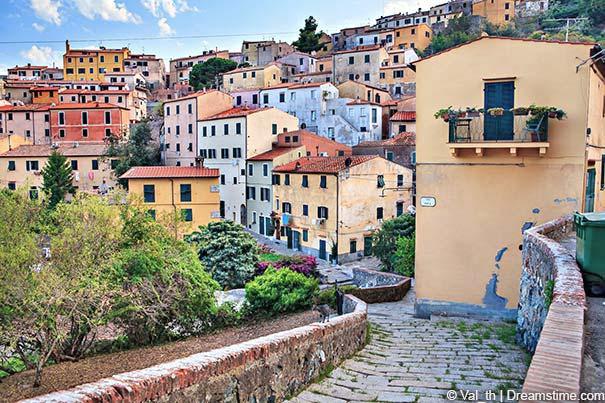 Stadtansicht mit den typischen Häusern in Rio nell'Elba