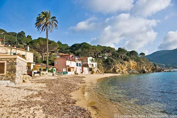 Der paradiesisch anmutende Strand von Forno auf der Insel Elba.