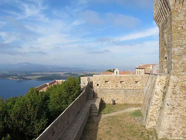 Burg von Populonia mit Blick auf die Umgebung