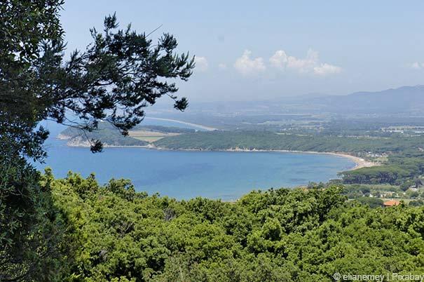 Blick auf die facettenreiche Landschaft der Maremma-Küste