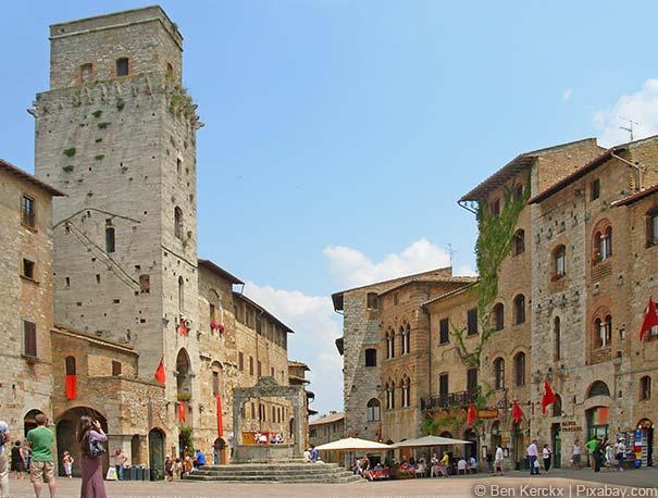 Die Piazza della Cisterna gilt als Herz San Gimignanos.
