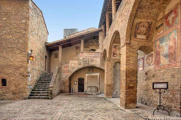 San Gimignano lockt mit schöner Architektur.