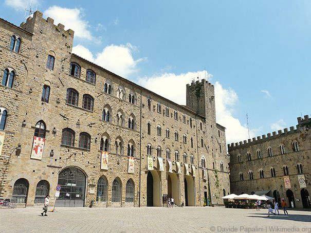 Die Piazza dei Priori in Volterra