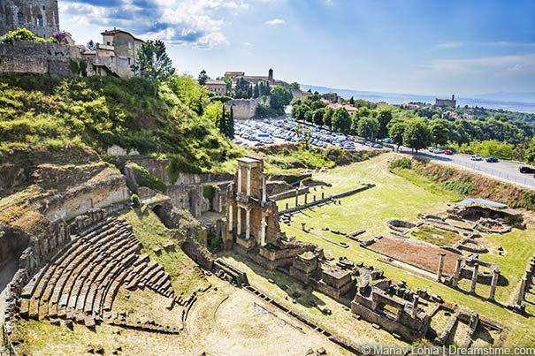 Blick auf das Römische Amphitheater in Volterra.