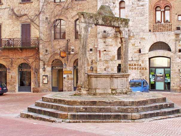 San Gimignano: mittelalterlicher Brunnen auf der Piazza della Cisterna